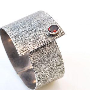 Oxidiseb Silver bracelet with garnet